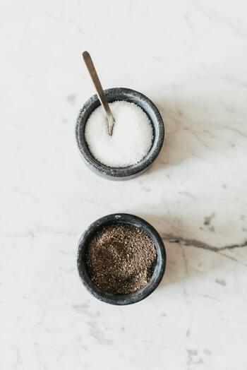 レシピでは、砂糖の種類を指定されている事があります。繊細なレシピの場合、指定とは違う種類の砂糖だと味わいが変わる事も…。 単純に「砂糖」とだけ記載されている場合、通常は「グラニュー糖」や「上白糖」のような精製度の高い物を使うのがおすすめです。 「きび砂糖」や「てんさい糖」、「黒糖」の場合、ミネラルなどの栄養成分が仕上がりに影響する事がありますので、砂糖の種類が指定されてあるレシピを選ぶと失敗がありません。