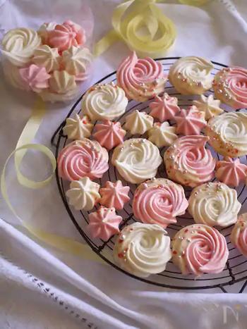 サクッとした軽い触感としゅわっとしたくちどけが魅力のメレンゲクッキー。部分的にチョコレートを付けてバレンタイン仕様に。絞り方でいろんなデザインを楽しんでみましょう。