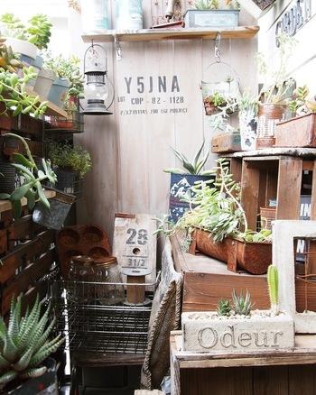 小さなベランダでは、手すりにすのこを渡して、雑貨や植物を飾る方法も。  すのこは、棚板としても活用できるので、自由度が高くおすすめのアイテムです。