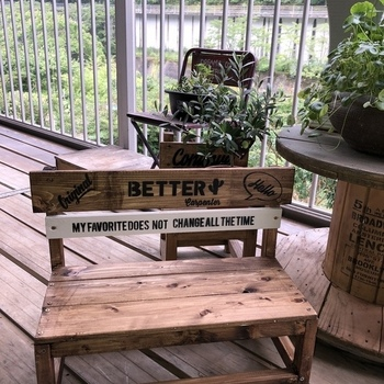手作りが好きな方は、自分でテーブルやベンチを作れば、より居心地が良く愛着の沸く空間になるはずです。  イスやベンチは余った廃材や板材でも作りやすく、初心者にもおすすめ。 好みの色に塗装したり、ステンシルでオリジナル感を出したいですね。