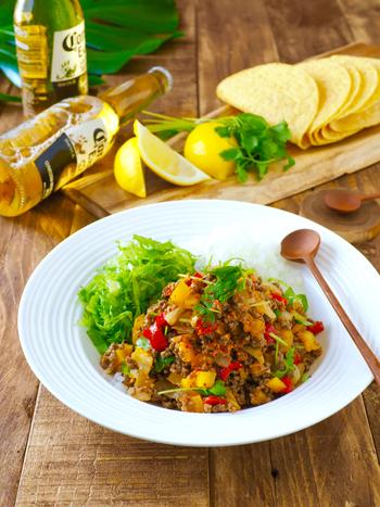 赤・黄パプリカ、合挽き肉、玉ねぎ、パクチーなどで作るメキシコ料理のタコスやタコライスに使えるタコミート。レタスやトマトなどの野菜やチーズなどとタコミートをタコスの皮であるタコシェルに挟んで食べたり、タコライスを作ったりできるので覚えておくと献立のレパートリーが広がりそう。