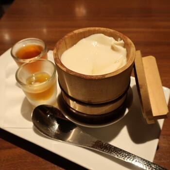 香港のトウファは「豆腐花」と書きます。台湾の豆花と違い、木桶に入った「豆腐花」は、見るからになめらかで食べる前から期待が高まりますね。