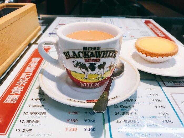 「香港式コーヒーミルクティー」は、イギリスの統治時代が長かった香港では紅茶を飲む人が多く、そこから誕生した飲みものだそう。濃厚なミルクティーとコーヒーを半分ずつ混ぜていて、紅茶の渋みとコーヒーの香りがクセになる味わい。