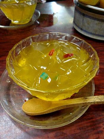 店名でもある「愛玉子(オーギョーチィ)」は、台湾の山間部に自生する植物の種子で作るゼリーのこと。これにレモンシロップをかけて爽やかにいただきます。