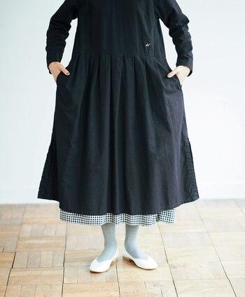 さまざまな場面で活躍してくれるワンピースは、時短コーデの強い味方としても大人気。1枚でもサマになるアイテムですが、今季は下にスカートをレイヤードする着こなしがトレンド♪  そこで、「ワンピース×スカート」のレイヤードスタイルを、合わせるスカートのデザイン別にピックアップしてご紹介します。着こなし・着まわしの参考にしてみてくださいね。