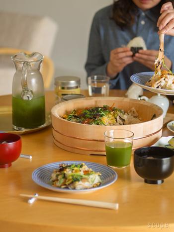 東屋の飯台に使われている木曽さわらは、耐水性と吸水性に優れているので、余分な水分を吸い取り、酢飯を適度な歯ごたえに整えてくれるという効果もあります。