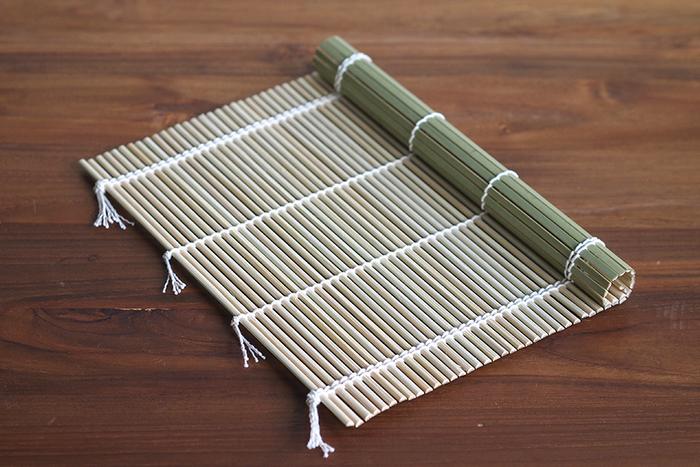 恵方巻きを作るときに欠かせない竹製の巻きすは、古くから愛用されている日本の調理道具です。こちらの「東京巻ス」は、九州地方の竹を使い職人によって手作業で仕上げられている、いまでは貴重な国産の巻きすです。