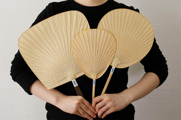 熊本県山鹿(やまが)市・来民(くたみ)地域の「栗川商店」から届いた風流なうちわ。手漉きの和紙に柿渋(かきしぶ)を塗って仕上げる「渋うちわ」は、竹のしなやかさ&丈夫さと柿渋で仕上げた和紙の落ち着いた風合いが魅力。