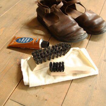 おうちに帰ってきて靴を脱いだら、靴箱にしまう前に「ブラッシング」をしてあげましょう。一日外出した靴の表面には、意外とホコリがついているもの。表面のホコリをささっと落とす程度なら、時間もさほどかかりにくく毎日続けやすそうです。