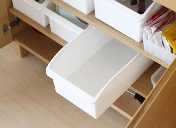 小さめのハンドタオルは100均の収納ボックスに立てて収納するのもおすすめ。手前から使うので、洗濯したタオルは奥にしまいましょう。