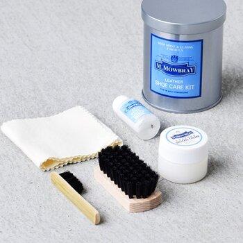 革製シューズのケアがセットになったものもあります。こちらもまずは靴表面の汚れやホコリをブラッシングで落としてあげましょう。次に使うのは、革製品のためのクリーナー。表面の古いワックスや余分な油を落とし、すっきりと風通しを良くしてくれます。仕上げにケア用のクリームを塗って拭き上げたらお手入れは完了です。 セットになっていえばお手入れも収納も便利ですね。