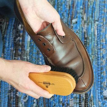まずは革製シューズのお手入れ方法を解説します。最初にするのは先ほどもご紹介した「ブラッシング」。表面のホコリや汚れを優しく取り除きましょう。革靴のケアには、馬毛のブラシがおすすめです。馬毛は毛足が柔らかく、革を傷つけることなくブラッシングをすることができます。