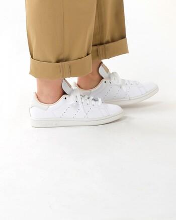 カジュアルにも、きれいめにも合わせられる万能な革製スニーカー。基本は革靴と同じようなケアでOKですが、日々の習慣に取り入れられるお手軽なケア方法もありますよ。