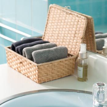 手を拭く時に使う少し小さめのハンドタオルと顔や髪の毛を拭くのにフェイスタオル。コツは三つ折りしてタオルの端を内側に折り込むことです。 いくつかたたみ方があるので紹介します。