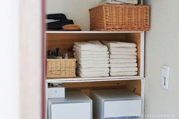 賃貸では壁に穴を開けられないので、オープンラックを置いてタオルを収納しましょう。パジャマ、下着も一緒に収納できます。