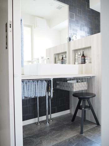 オープンな洗面台なら、その下に引き出し式のワイヤーラックを取り付ける方法もあります。顔を洗ったらサッと取り出して使えますね。