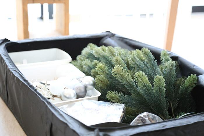 イケアのSKUBBに、シーズンオフのクリスマスツリーや飾りを収納。大き目のツリーも余裕で入るサイズ感。細々としたものはセリアの収納ボックスに入れて、バラバラにならないようにします。収納場所に困る季節もののアイテムも、ベッド下に収めればお部屋がスッキリ広々。