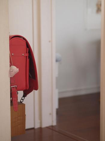 玄関を入ってすぐの壁にフックを取り付け、そこにランドセルを掛けて収納。帰宅時も、登校時もどちらも必ず通る場所ですから、ランドセルの収納に適していますね。