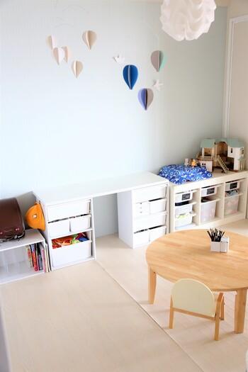 お子さんが小さいうちは家具を全体的に低いものにしておくと、お子さんが自分でお片付けできるので、子どもの自立心を育めますね。