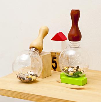木地ろくろ挽物日本一の技術を持つ山中の職人さんが作る「MokuNeji(モクネジ)」の「トイグリップ」3,400円(税抜き)~は、出産祝いなどを探している方におすすめ。