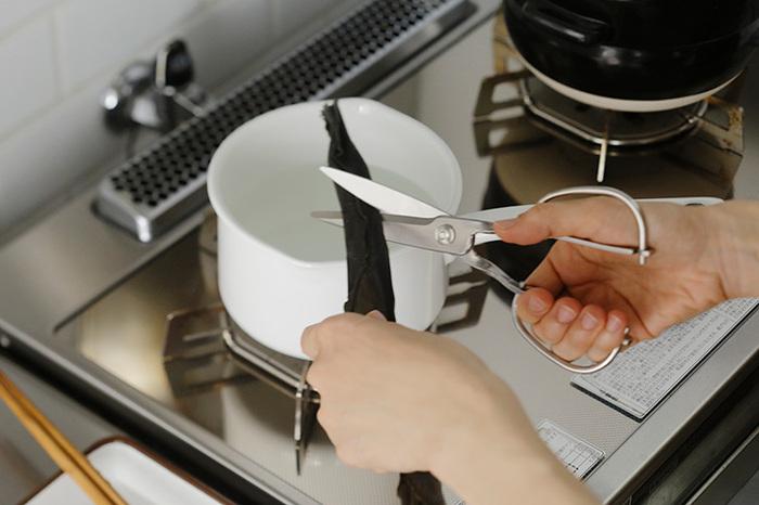 ネギや昆布はもちろん、肉や魚を切るときも、包丁よりも小回りが利いて便利!長く使える日本製の台所用品は、お料理好きの方に喜ばれそうです。