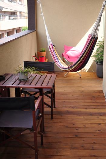 床は無機質なコンクリートより、ウッドタイルやテラコッタタイルを敷くと、よりリラックスできる空間に。インテリアや雑貨、グリーンをよりおしゃれに見せてくれます。  ルームシューズや、夏は素足でも心地よく過ごせます。