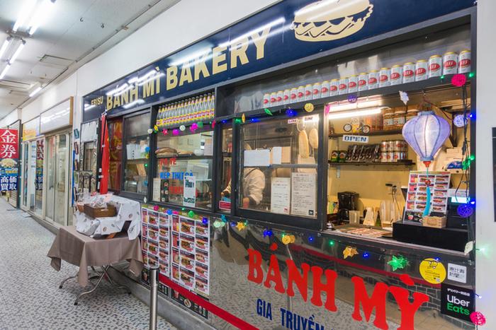 """続いてはベトナムのサンドイッチ""""バインミー""""の専門店「エビス バインミーベーカリー」です。恵比寿駅西口を出てすぐのところにある""""えびすストア""""内に入っています。"""