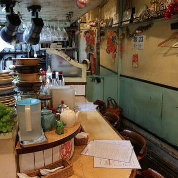 店内はカウンター席のみで、外の通路にテーブル席がひとつあります。そのため、一人客も多くお一人様でも入りやすい雰囲気です。