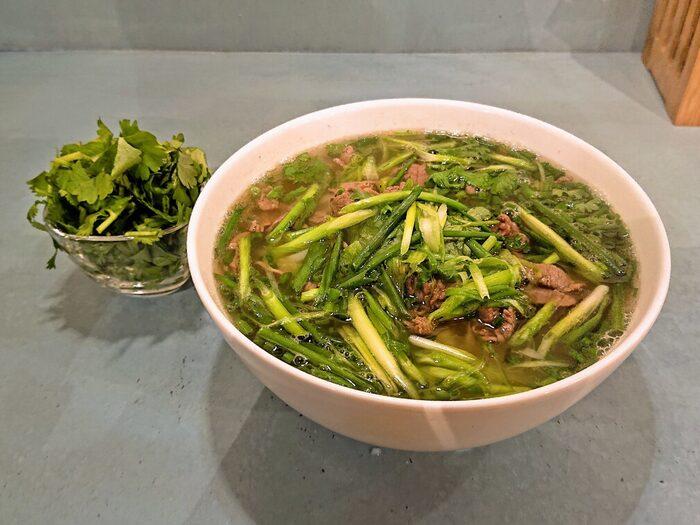 """メニューは""""牛肉のフォー""""1種類のみ!こだわりのスープと米麺、柔らかな牛肉、シャキシャキのネギと、本場の味そのままをいただけます!一度は食べてみたい逸品です。"""