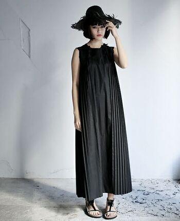 「Yohji Yamamoto」のアシスタントを経て、東京をちゅうしんに活動するブランド「Edwina Hoerl(エドウィナホール)」のドレス。贅沢なプリーツが特徴的でストンを落ちるAラインが可愛らしさの中に大人っぽさを感じさせてくれます。