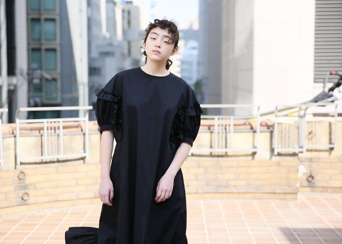 襟の開き具合と肩が落ちるデザインにはどこはかとなく抜け感も感じられます。プラスする小物を最小限にとどめて、一枚でシンプルに着こなしたいドレスです。
