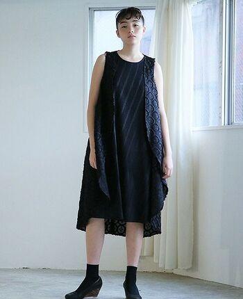 斜めに落ちるプリーツと繊細で大胆な刺繍があしらわれた個性的なミニドレス。大人の女性にこそ思い切って着ていただきたいドレス。新しい自分の魅力を発見しそう。