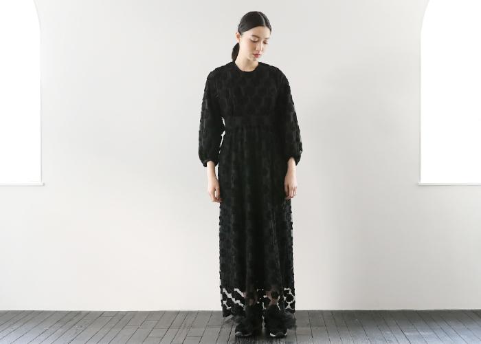 引き続きコムデギャルソン出身の富塚尚樹氏が手掛けるliroto(リロト)による、チュール素材に刺繍が大胆にあしらわれたドレス。