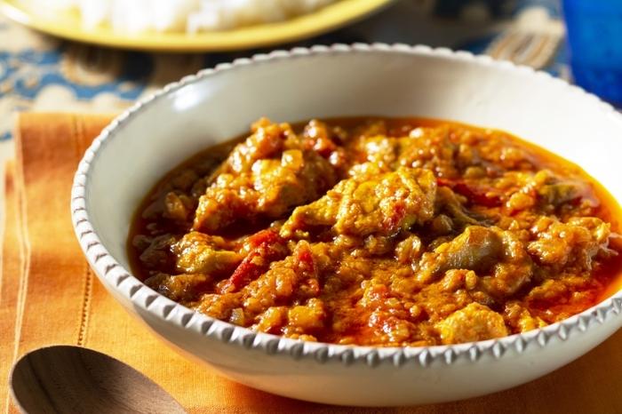 「市販のルーさえあれば、子どもでも作れる簡単な料理」というイメージもあるカレー。でも、いつものカレーにガラムマサラやクミンなどのスパイスを少し加えるだけで、香りや味わいはグッと本格的になります。 発祥の地であるインドでは、常に10~30種類ものスパイスをブレンドし、カレーの食材によってそれぞれのベストな配合を使い分けるほど。実はとても奥の深い料理なのです。