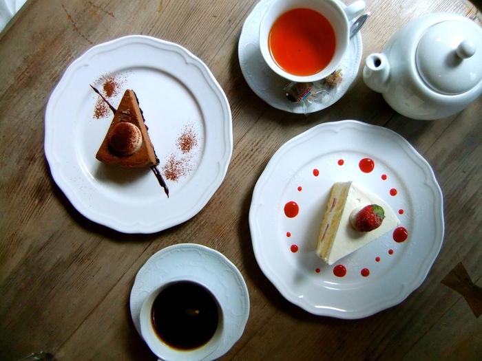 下町の古民家を改装した浅草の雰囲気にピッタリな裏通りの素敵カフェ。ティータイムはもちろんのこと、ランチやディナーでの利用もおススメです。  ケーキ・タルト・シュークリームなどスイーツメニューが人気でどれも美味♪  喧騒から離れほっと一息、ヨーロッパのカフェを訪れたような雰囲気の良いカフェでのんびりティータイムをどうぞ。