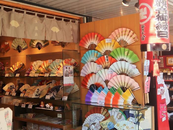 外国人観光客が多い浅草・仲見世通りには和のお土産がたくさん♪  日本贔屓の外国人の方にウケそうな日本みやげをこんなにたくさん見られるのは、浅草が一番なのでは??
