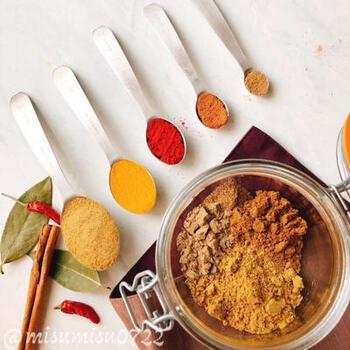 こちらは、味わいは本格的でも辛みのない、7種類のパウダースパイスを配合した自家製カレー粉。子ども用の味付けにも安心して使えます。辛さが欲しい大人用のカレーには、さらにチリパウダー小さじ1程度をプラスして下さいね。