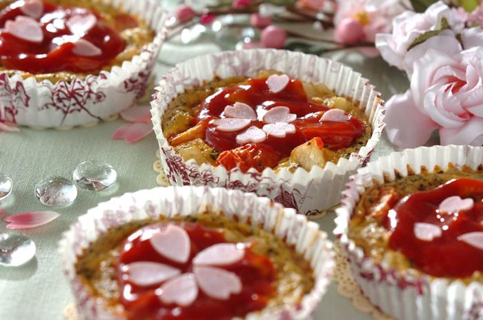 お弁当やマドレーヌに使う、オーブンOKのカップを使って作るひとくちキッシュ。型取りしたハムを桜の花びらみたいにトッピングして季節感を演出。