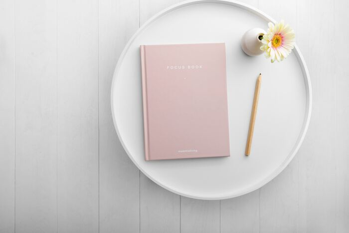 マイノートとは、「1冊のノートになんでも書く」というノート術です。ジャンルごとに分けるのではなく、1冊のノートを時系列に使っていきます。写真を切り貼りしたり、気になったことを書き留めたりするだけでOK。完成したノートは、あなたらしさを映す鏡です。さぁ、ノートとペンを用意して、《暮らしを整えるマイノート》を始めましょう。