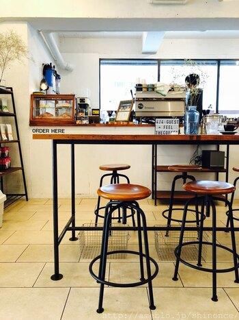 """新宿御苑を満喫したあとは、カフェでほっと一息。まずご紹介するのは、新宿御苑""""新宿門""""からすぐのところにある「オールシーズンズコーヒー」です。"""