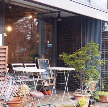 """続いては、ランチでおすすめのお店「BOWLS cafe」です。こちらも新宿御苑""""新宿門""""のすぐ近くにあります。"""