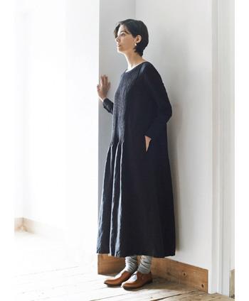 シンプルなシルエットなので、一枚で普段着としてもお出かけ着としても着られます。お出かけのときは、パールのアクセサリーをつけたり、パンプスなどきれいめのアイテムと合わせましょう。