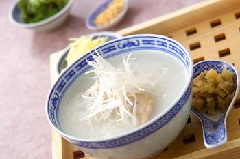 手羽先の出汁が食欲を刺激する本格派中華粥。白髪ねぎやザーサイ、パクチー...薬味をたっぷり用意すれば、味わいの変化も感じられて、ついついお代わりが止まらなくなってしまいそうです。