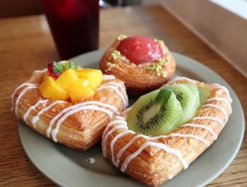 そんな「ユヌクレ」で食べたいのが、見た目も鮮やかな季節のデニッシュ。旬のフルーツと自家製のクリームがふんだんに使われています。デニッシュの生地も自家製酵母を使い、一晩寝かせてからバターを折り込んで作るこだわりのものです。