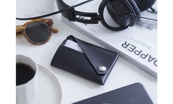 両面から開閉OKでコンパクトなサイズながら、カードケース、小銭入れ、名刺入れなどマルチな使い方ができるお財布です。カラーはシンプルでキュートなナチュラル、クールでスタイリッシュなブラックの2色。