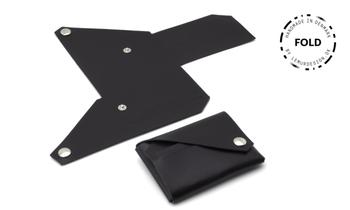 FOLD(折リ重ねる)という名前の通り、高品質なレザーを自身で折りたたみ作り上げる革アイテムは、シンプルながら使いやすさを追求。