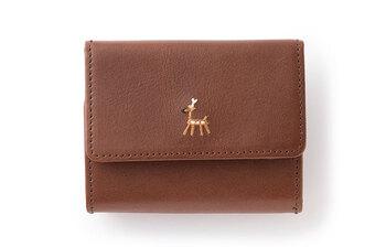 鹿の刺繍が施された、シックな牛革の三つ折り財布。手のひらにすっぽり収まる小さなお財布は、大人可愛い印象。