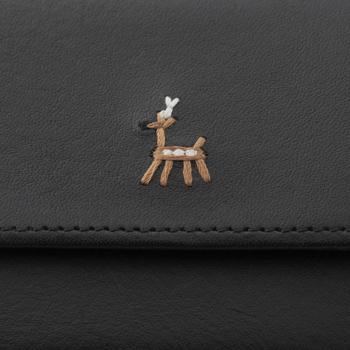 高品質で落ち着いた風合いの本革に施された、どこかユーモラスな鹿の刺繍がキュートな印象。使うほどに手にしっくりと馴染んでいく経年変化もお楽しみください♪
