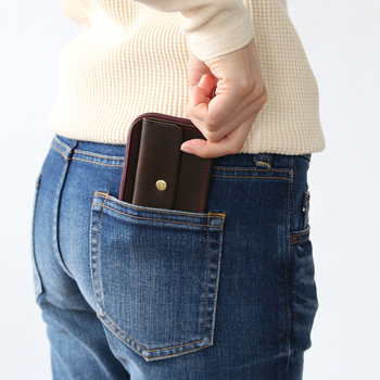ボトムスやジャケットのポケットに入るので、ちょっとコンビニに行きたいときや、職場からランチに行くときに身軽に出かけられます。