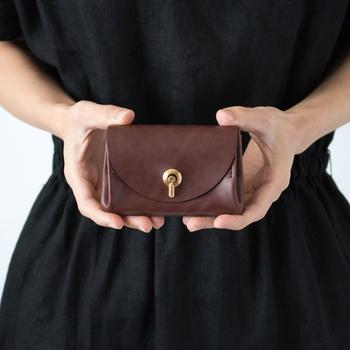 近年、ミニマリストの方たちを中心に、コンパクトで持ち運びしやすい「ミニ財布」の愛用者が増えているようです。これまで主流だった長財布や、ぶ厚くて重いお財布ではなく、ミニ財布を使うことにはメリットがあるとか。一度使い出したらその魅力にはまる、コンパクトで機能的なミニ財布をご紹介します。